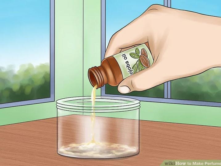 آموزش ساخت عطر-مقداری روغن در داخل بطری مخصوص روغن بریزید