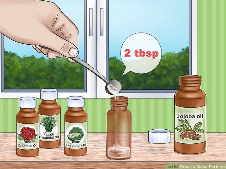 آموزش ساخت عطر-دو قاشق از روغن حامل را درون بطری شیشهای بریزید