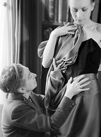 برند لانوین- جین لانوین در حال تست یک لباس بر روی یک مانکن